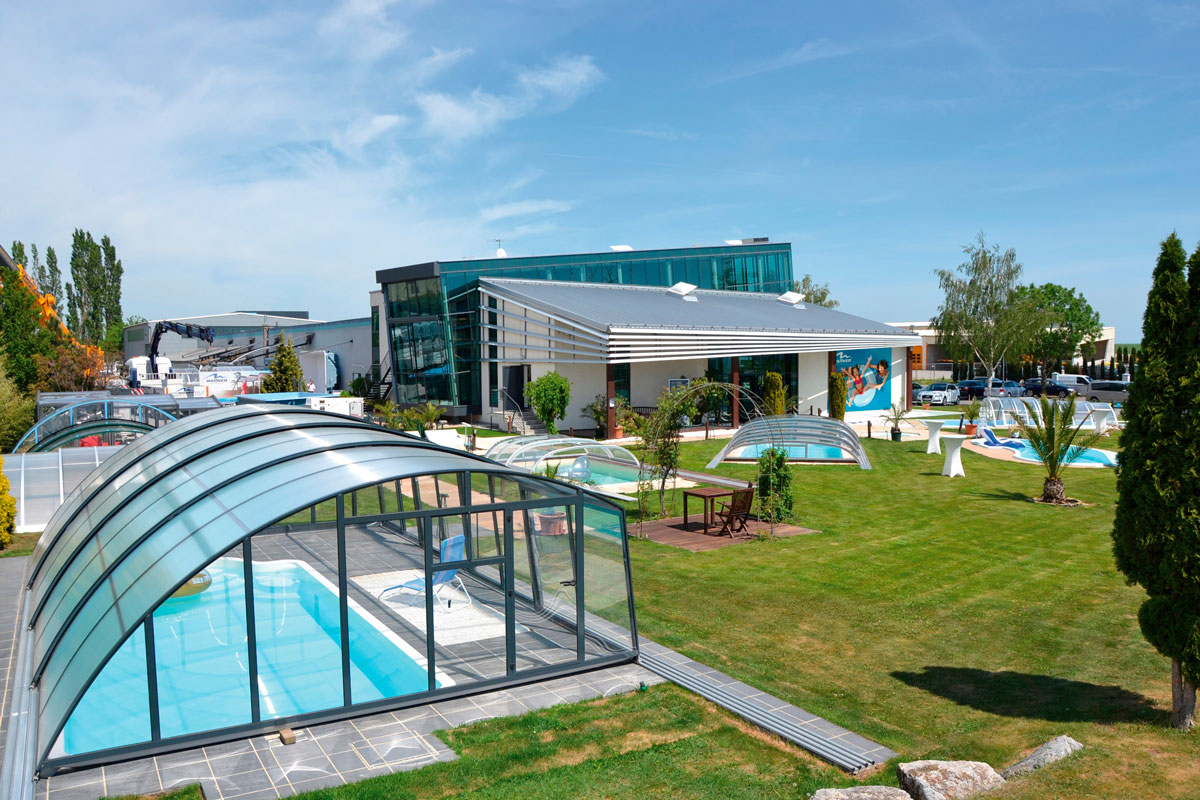 Wallnerpool Ausstellungsgelände Außenbereich mit Pools und Poolüberdachungen