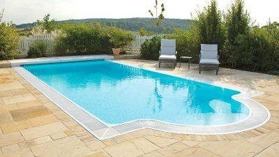 Pool Inspiration: Granada Flow Serie Pool mit Überlaufrinne und Natursteinen von Wallnerpool